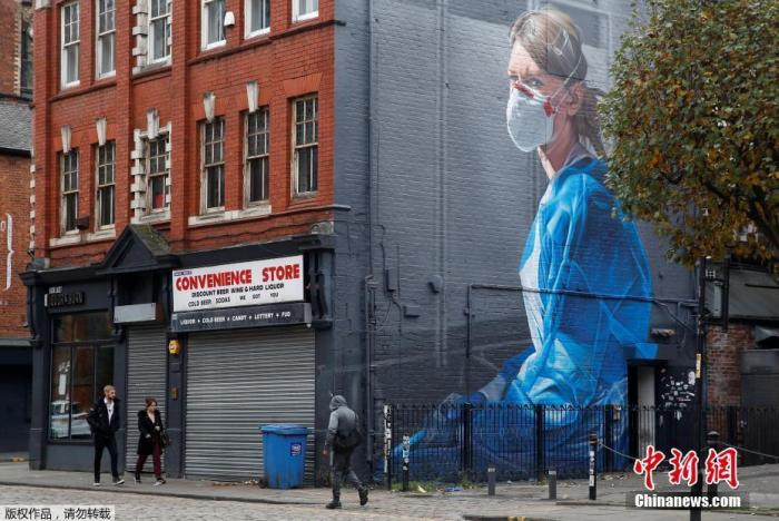 当地时间10月19日,英国曼彻斯特,致敬抗疫一线医务工作者的壁画出现在街头。