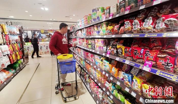 资料图䱳10月上旬民众在四川成都一超市内采购食品。 a target='_blank' href='http://www.chinanews.com/'中新社/a记者 刘忠俊 摄