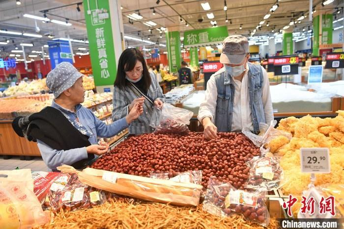 10月19日,成都市民正在超市购物。当日,中国国家统计局发布数据显示,前三季度,全国居民消费价格(CPI)同比上涨3.3%,涨幅比上半年回落0.5个百分点。 中新社记者 张浪 摄