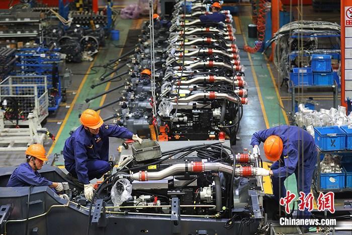 资料图:江苏徐州一家制造企业内的生产景象。中新社记者 泱波 摄