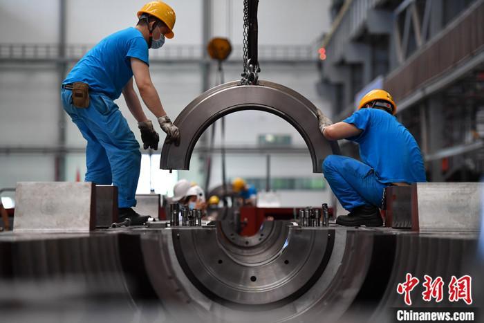 资料图:四川德阳一工厂忙碌的工人。<a target=