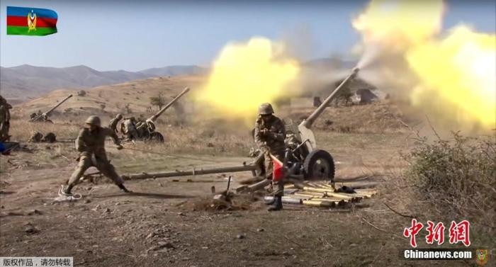当地时间10月20日,阿塞拜疆国防部当天公布的画面显示,阿塞拜疆炮兵部队向纳卡地区目标猛烈开火,阿塞拜疆方面表示,其境内部分地区当天也遭到亚美尼亚方面的炮击。