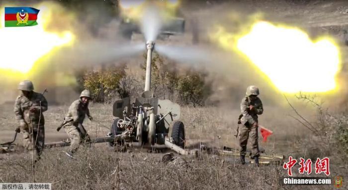 当地时间10月20日,阿塞拜疆国防部当天公布的画面显示,阿塞拜疆炮兵部队向纳卡地区目标猛烈开火。