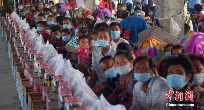 图为当地时间10月20日,柬埔寨首都金边市朗哥区受灾民众临时安置点,转移到这里的受灾民众都领取到应急物资,他们面临着振作信心、重建家园的新的人生路程。 中新社记者 欧阳开宇 摄