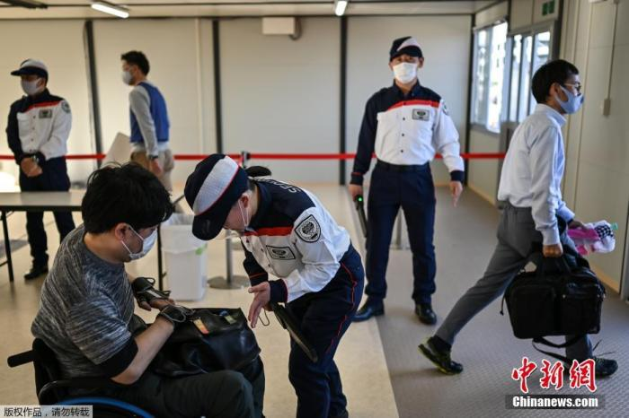 受新冠疫情影响,原定于2020年7月登场的东京奥运会与残奥会,分别延后到2021年7月23日及8月24日开幕。图为入场测试现场。