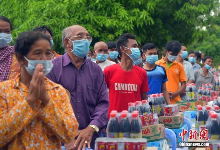 图为当地时间10月20日,柬埔寨首都金边市朗哥区受灾民众临时安置点,转移到这里的受灾民众都领取到应急物资。中新社记者 欧阳开宇 摄