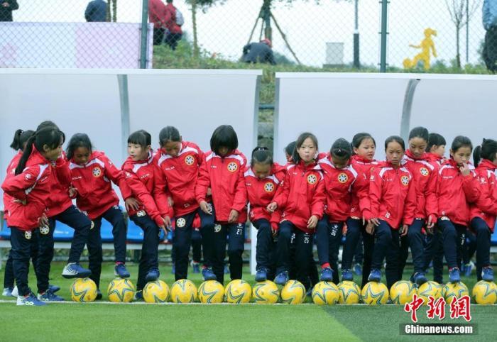 資料圖:小足球隊員們在訓練場上等待開訓。 王磊 攝