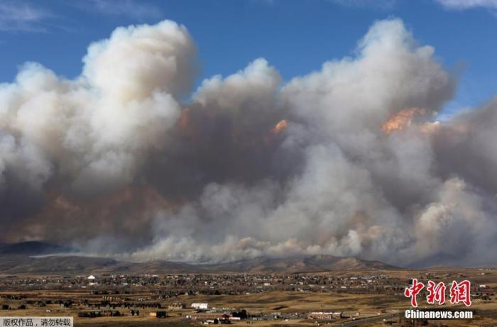 """当地时间10月22日,美国科罗拉多州格兰比市郊外,一场名为""""East Troublesome Fire""""的山火持续肆虐,从远处眺望,大火引发的浓烟铺天盖地而来。"""