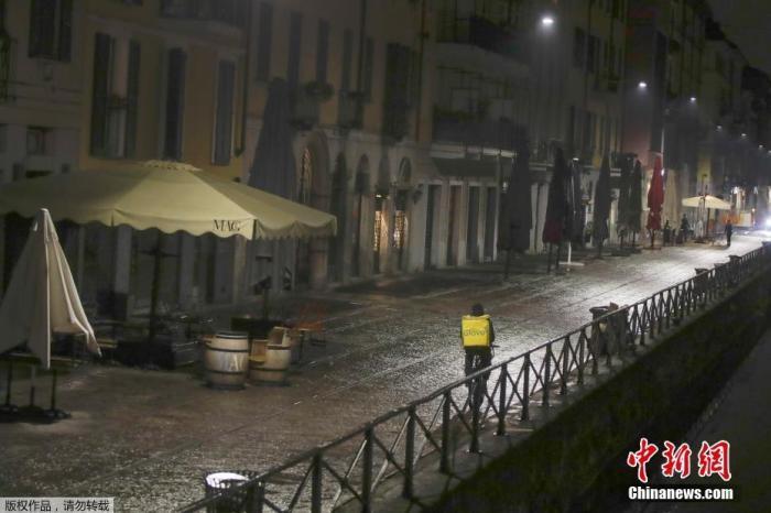 当地时间10月22日,意大利米兰毗邻运河的夜市里,酒吧和饭店都已经关闭。