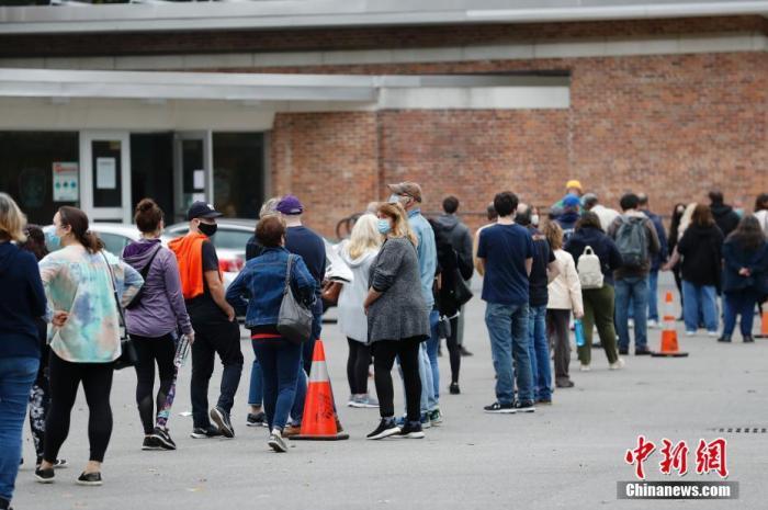 资料图:当地时间10月24日,纽约州苏福克县一处投票站,选民排队为2020美国总统大选提前投票。 <a target='_blank' href='http://www.chinanews.com/'>中新社</a>记者 廖攀 摄