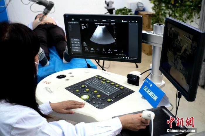 资料图:10月26日,河南郑州,国家远程医疗中心工作人员展示5G远程B超。