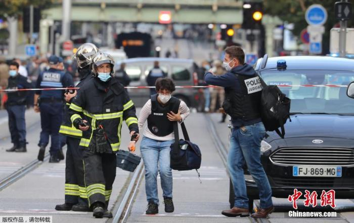 當地時間10月29日,法國南部城市尼斯發生持刀襲擊事件。圖為一名法醫人員抵達事發現場。
