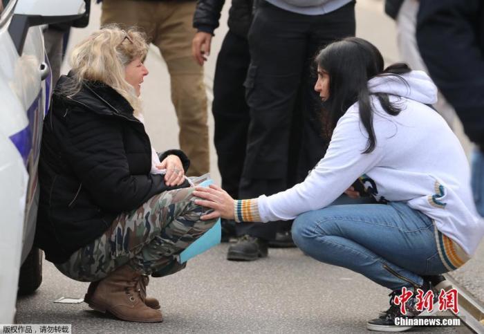 当地时间10月29日,法国南部城市尼斯发生持刀袭击事件。当地警方通报,目前事件已造成3人死亡,另有多人受伤。事件仍在进一步调查中。法国官方目前已成立危机应对小组处理事件。图为事发地现场附近,一名妇女情绪失控痛哭。