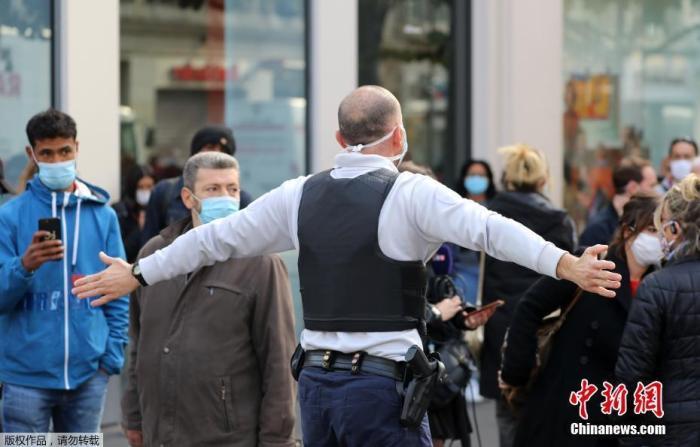 当地时间10月29日,法国南部城市尼斯发生持刀袭击事件。当地警方通报,目前事件已造成3人死亡,另有多人受伤。事件仍在进一步调查中。法国官方目前已成立危机应对小组处理事件。图为警察将围观群众与事发现场隔开。
