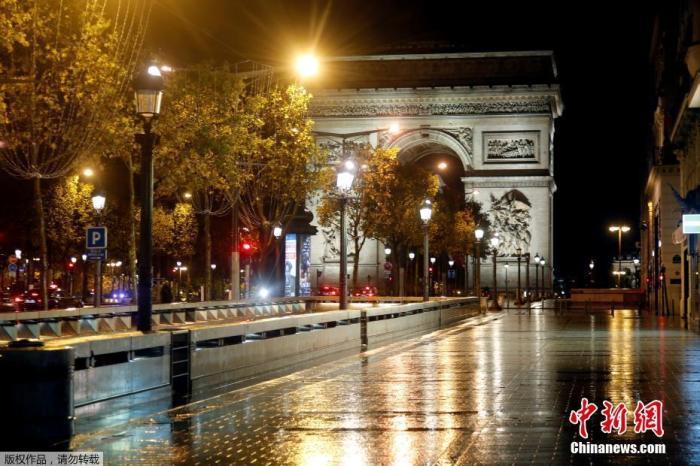 当地时间10月27日,为遏制新冠肺炎疫情的传播,法国巴黎实施了宵禁,香榭丽舍大道上一片荒凉。