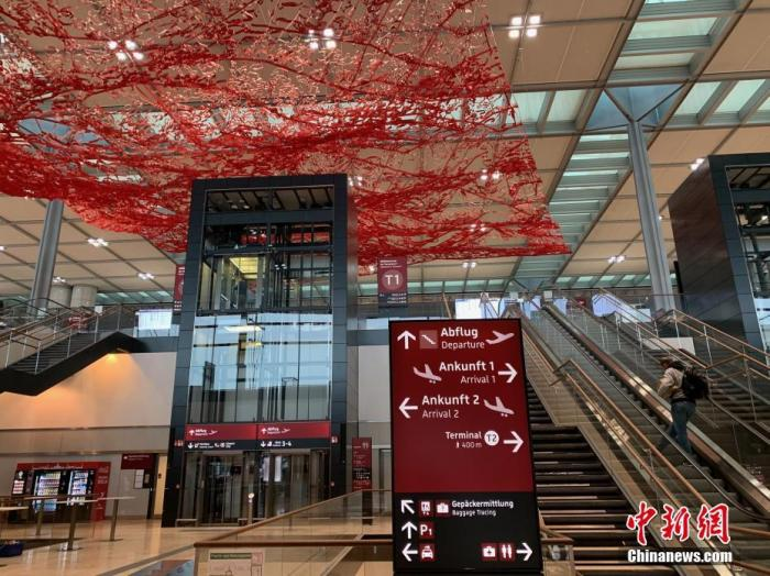 """当地时间10月30日上午,柏林新机场T1航站楼内已经准备就绪,等待正式启用。曾有德国""""延宕最久项目""""和""""最大烂尾工程""""之称的柏林新机场(柏林-勃兰登堡维利·勃兰特机场),在启用时间多次推迟达九年后,将于10月31日正式启用。 lt;a target='_blank' href='http://www.chinanews.com/'gt;中新社lt;/agt;记者 彭大伟 摄"""