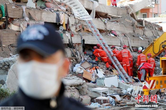 愛琴海地區30日發生7級地震后,已發生數百次余震。據最新消息,受地震影響,土耳其伊茲密爾省及希臘薩摩斯島及附近地區累計已有27人遇難,超過800人受傷。報道稱,地震導致土耳其伊茲密爾省及希臘薩摩斯島受災嚴重,大量建筑物遭毀損。