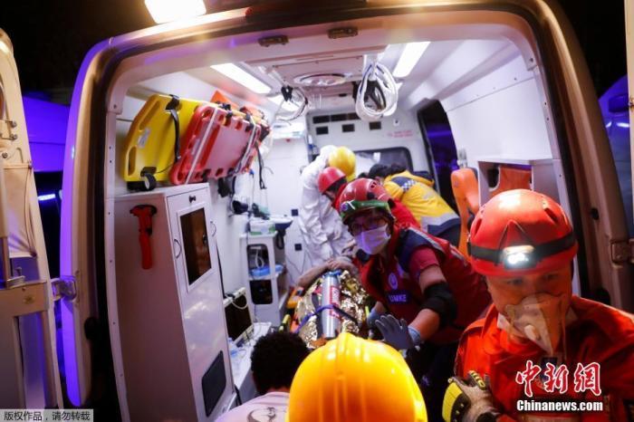 当地时间30日,爱琴海地区发生7级强震,导致土耳其及希腊有至少22人罹难、近800人受伤。据报道,地震还引发小规模海啸。图为医护人员在现场救援。