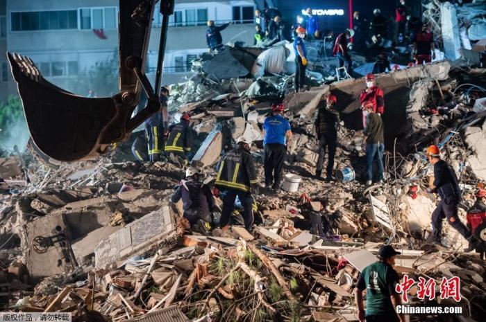 当地时间30日,爱琴海地区发生7级强震,导致土耳其及希腊有至少22人罹难、近800人受伤。据报道,地震还引发小规模海啸。图为在土耳其伊兹密尔省, 救援人员展开搜救工作。
