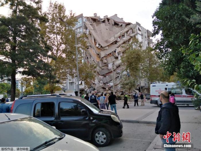 另外,地震一度曾引发小规模的海啸,导致土耳其伊兹密尔省及希腊萨摩斯岛部分地区被淹没。与此同时,希腊雅典、克里特岛和土耳其伊斯坦布尔都有震感。