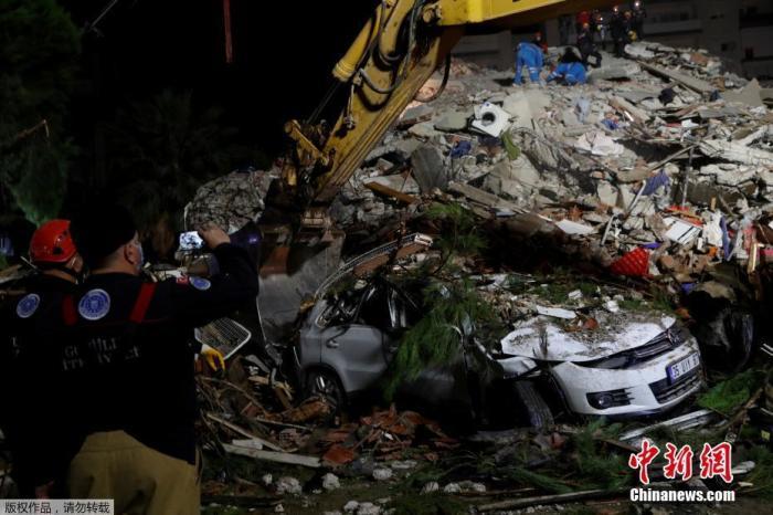 据美国地质勘探局网站30日消息,此次地震的震中位于土耳其伊兹密尔省,地震一度波及到希腊萨摩斯岛。图为在土耳其伊兹密尔省, 救援人员展开搜救工作。