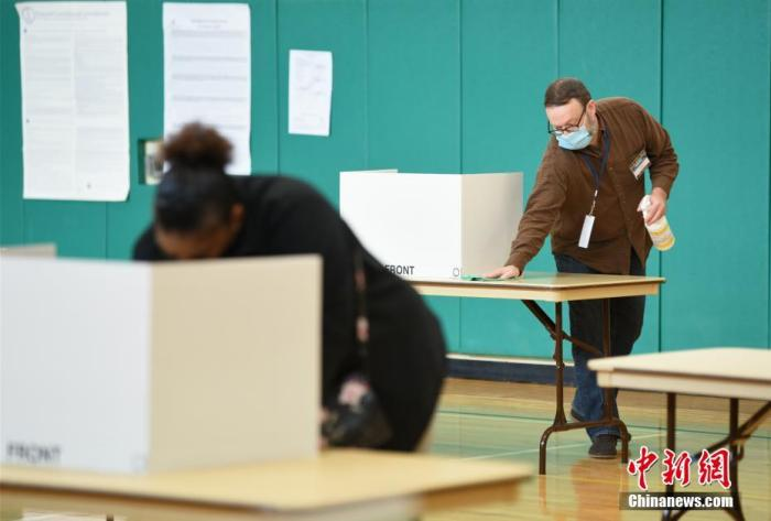 當地時間10月31日,弗吉尼亞州迎來美國2020年大選提前投票的最后一天。圖為圖為弗吉尼亞州阿靈頓一處提前投票站,一位工作人員正在為桌面消毒。<a target='_blank' href='http://www.zhsslgy.com/'>中新社</a>記者 陳孟統 攝