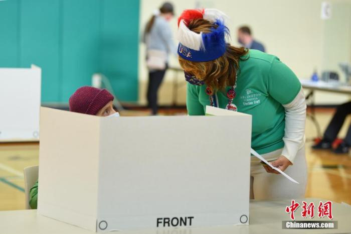 资料图:当地时间2020年10月31日,弗吉尼亚州迎来美国2020年大选提前投票的最后一天。图为位于弗吉尼亚州阿灵顿的一处提前投票站。中新社记者 陈孟统 摄