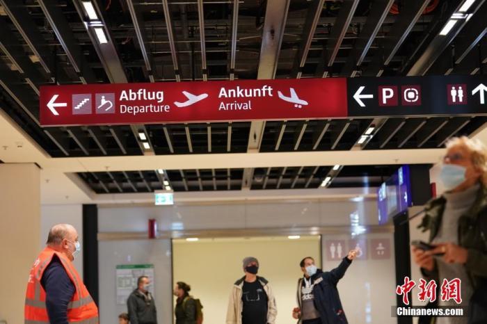 当地时间10月31日,延宕达九年之久的德国柏林新机场正式启用。图为旅客在柏林新机场T1航站楼内。 lt;a target='_blank' href='http://www.chinanews.com/'gt;中新社lt;/agt;记者 彭大伟 摄