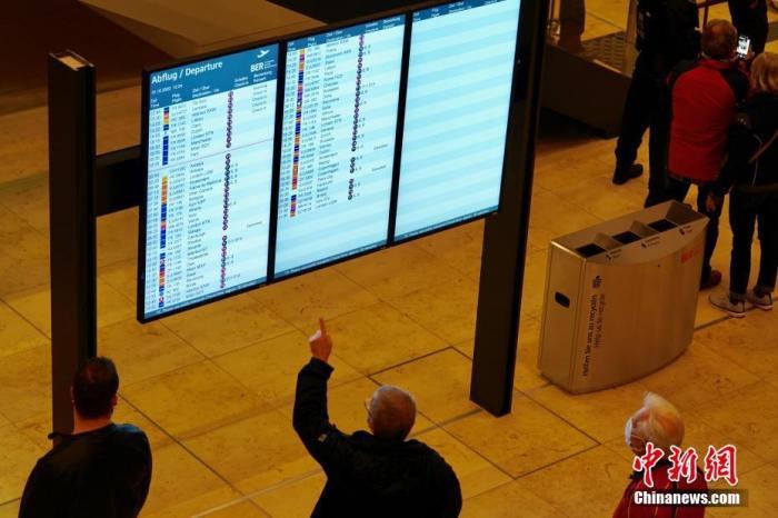 当地时间10月31日,延宕达九年之久的德国柏林新机场正式启用。图为人们在机场显示出港航班的显示屏前。 lt;a target='_blank' href='http://www.chinanews.com/'gt;中新社lt;/agt;记者 彭大伟 摄