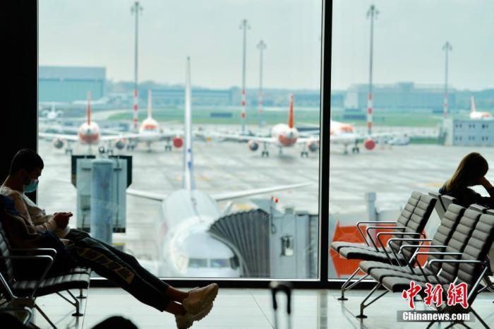 11月1日,启用被延后达九年的柏林新机场正式投入运营首日,旅客在出发区域候机。柏林市长米勒表示,新机场启用象征着德国进一步完成统一和变革,它将成为柏林-勃兰登堡和整个德国东部这一蓬勃发展的区域的国际大空港,并有望以强劲的状态走出新冠疫情带来的航空业危机。 <a target='_blank' href='http://www.chinanews.com/'>中新社</a>记者 彭大伟 摄