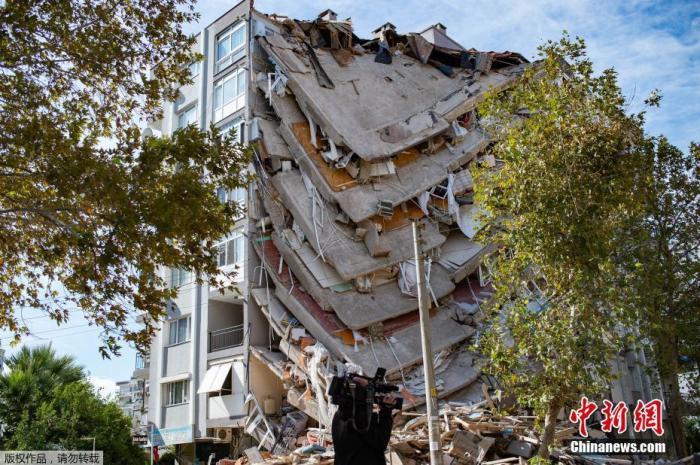 当地时间10月30日,爱琴海海域发生强震,波及希腊与土耳其部分地区。图为土耳其地震受灾地区被损毁的建筑。