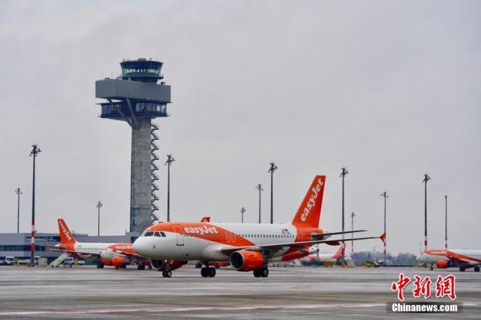 """当地时间11月1日,一天前宣布启用的柏林新机场投入常态化运营。由于德国全国将从11月2日起实施为期至少一个月的""""封城""""措施以遏制急剧蔓延的第二波新冠疫情,启用时间延后九年的柏林新机场一开幕即面临旅客稀少的局面。图为当天中午一架抵达柏林新机场的易捷航空班机。 中新社记者 彭大伟 摄"""