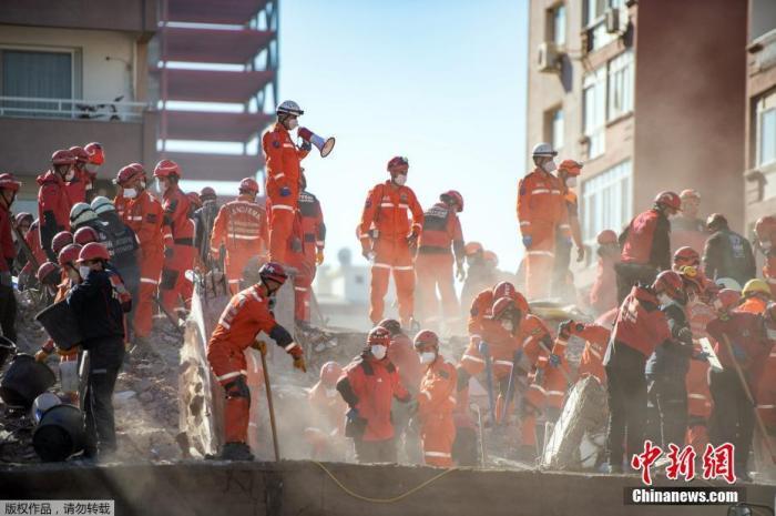 当地时间10月30日,爱琴海海域发生强震,波及希腊与土耳其部分地区。图为土耳其救援团队在伊兹密尔省的废墟里寻找幸存者。