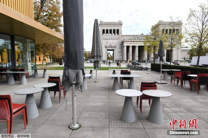"""當地時間11月2日,德國慕尼黑,倫巴赫美術館附近人跡寥寥,一家餐廳關門停止營業。面對新一波洶涌的新冠疫情,德國11月2日起實施為期一個月的新一輪全國性""""封城""""措施,餐館和咖啡館必須關門,只能提供外賣。"""