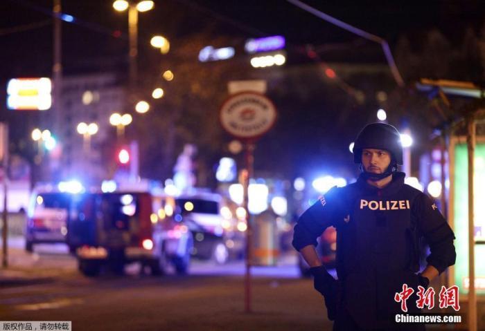 当地时间11月2日晚,奥地利首都维也纳市中心一个犹太教堂附近发生一起枪击事件,造成至少7人死亡,其中包括一名警察,另有多人受伤。据当地媒体报道,多名枪手参与了袭击,其中一人在逃跑过程中被警方抓获。图为警方封锁附近街道。