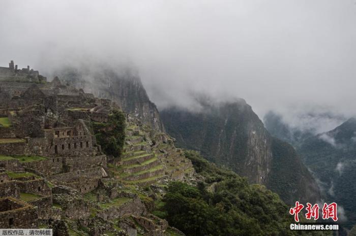 當地時間2020年11月2日,秘魯庫斯科,知名遺址馬丘比丘迎來重啟第二天。馬丘比丘遺址被聯合國教科文組織定為世界文化與自然雙重遺產。此前,由于新冠病毒大流行,馬丘比丘被關閉了近八個月。出于防疫安全原因,每天只有675名游客能夠進入該景點,僅為疫情前游客人數的30%。