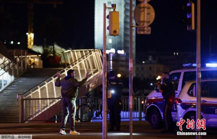 当地时间11月2日晚,奥地利首都维也纳市中心一个犹太教堂附近发生一起枪击事件,造成至少7人死亡,其中包括一名警察,另有多人受伤。据当地媒体报道,多名枪手参与了袭击,其中一人在逃跑过程中被警方抓获。图为警方排查行人。