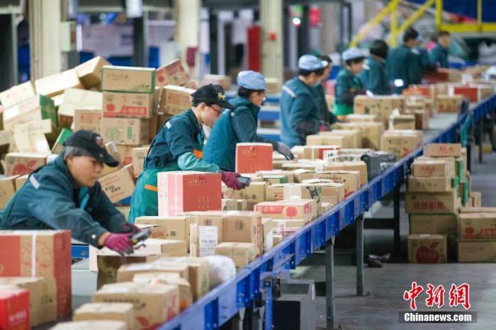 今年清明假期郵政快遞業投遞快遞包裹7.65億件,與2020年同比增長48.3個百分點