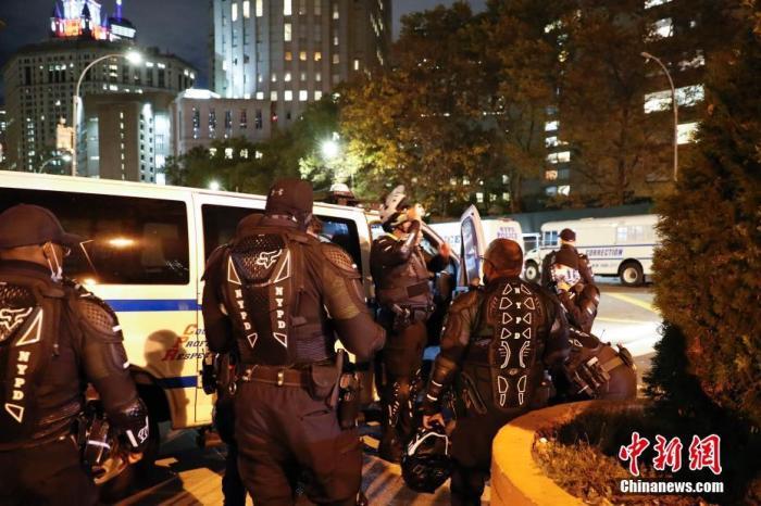 资料图:当地时间11月3日,美国总统大选选举日,纽约市警察局外准备出勤的警察。<em></em> 中新社记者 廖攀 摄