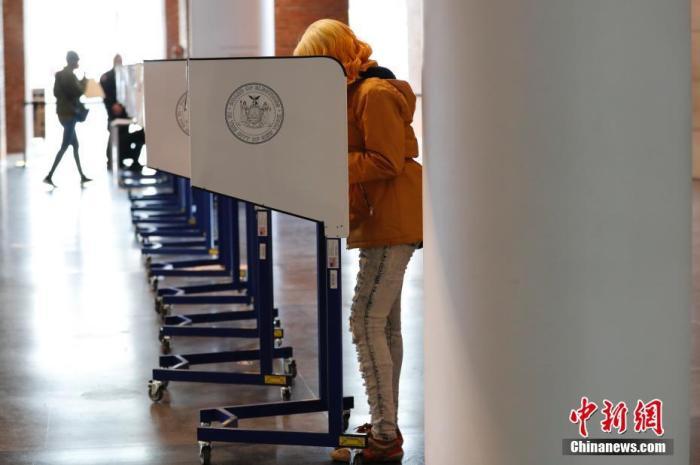当地时间11月3日Epd,美国纽约布鲁克林博物馆投票站AWSJ,选民填写选票cHHBOn。11月3日是2020年美国大选选举日1jQ,全美选民前往投票站rxbQbU,为总统大选投票rtm。 <a target='_blank' href='http://www.chinanews.com/'>中新社</a>记者 廖攀 摄