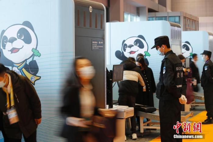 资料图:第三届中国国际进口博览会,参会者通过人员信息核对、红外无感测温、安检进入场馆。 <a target='_blank' href='http://www.chinanews.com/'>中新社</a>记者 殷立勤 摄