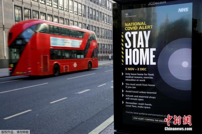资料图:当地时间11月5日,英国伦敦,街头指示牌写着防范疫情的措施。