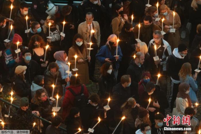 人们在奥地利维也纳摆放鲜花和蜡烛悼念遇难者。