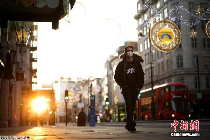 当地时间11月5日,英国伦敦,市民戴口罩上街。从5日凌晨开始,英国进入第二次全国性封锁限制阶怂英格兰地区实行全境封锁,包括关闭酒吧、餐馆、体育馆、非必要商店等,除了上学、工作、看病就医和超市购物等必须理由外,民众一律要留在家中,不得出门,封锁措施将持四周到12月2日。