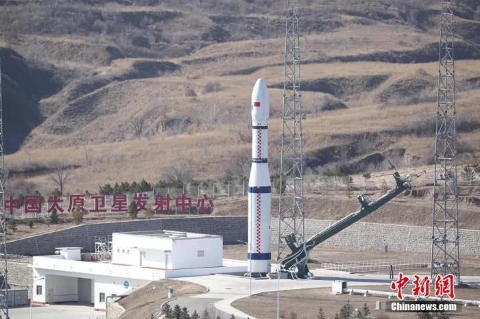 """北京时间11月6日11时19分,中国在太原卫星发射中心用长征六号运载火箭,以""""一箭十三星""""的方式成功将NewSat9-18卫星、电子科技大学号卫星、北航空事卫星一号和八一03星等13颗卫星送入预定轨道,发射获得圆满成功。 郑逃逃 摄"""