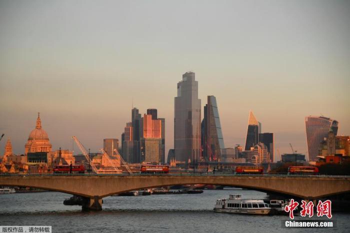 资料图:当地时间11月5日,英国伦敦,黄昏下寂静的城市。