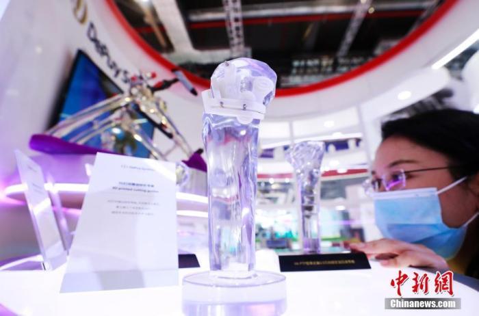 资料图:骨科3D打印微创矫形导板亮相中国。中新社记者 汤彦俊 摄