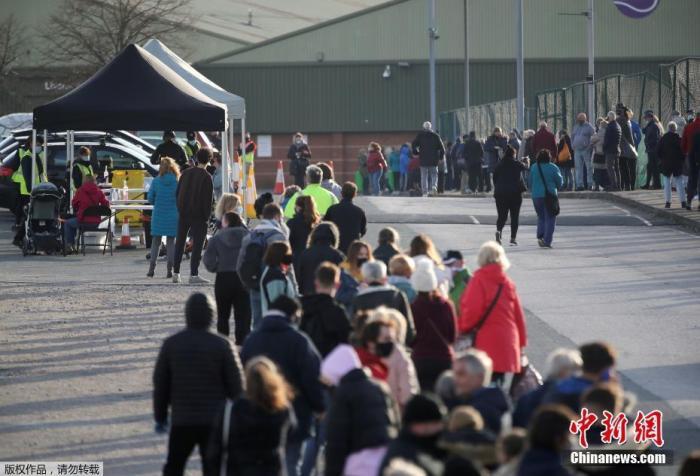 当地时间11月6日,英国政府在利物浦市尝试实施整个城市范围内的大规模新冠病毒检测,当地居民不管是否有症状,都可以接受检测,预计整个过程将持续两周。此次检测使用的手段包括咽拭子和其他新型测试方法,最快可以20分钟内得到测试结果。2000名军方人员将协助该项测试工作。文字来源:央视网