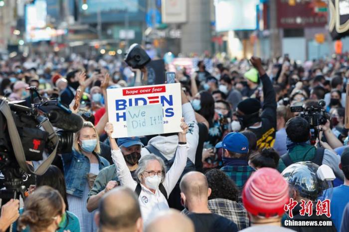 当地时间11月7日,人们聚集在美国纽约时报广场。据美国媒体当日测算,民主党总统候选人、前副总统拜登在2020年美国总统选举中已获得超过270张选举人票。共和党总统候选人、现任总统特朗普随后表示,此次选举远未结束。当天,美国多地有拜登的支持者上街庆祝,也有特朗普的支持者上街抗议。? <a target='_blank' href='http://www.chinanews.com/'>中新社</a>记者?廖攀?摄