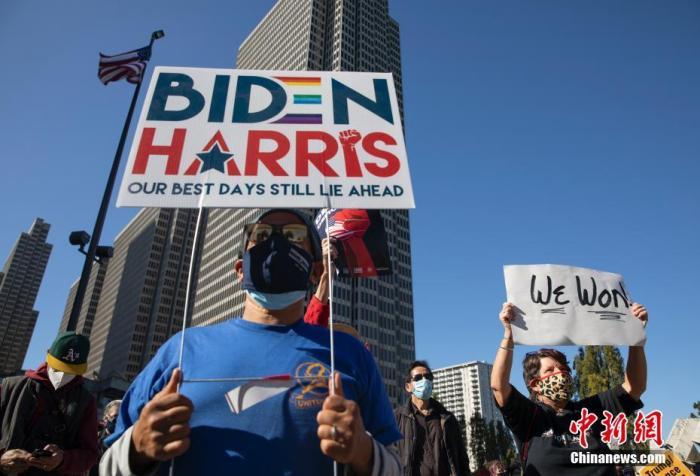 当地时间11月7日,人们聚集在美国旧金山一处广场。据美国媒体当日测算,民主党总统候选人、前副总统拜登在2020年美国总统选举中已获得超过270张选举人票。共和党总统候选人、现任总统特朗普随后表示,此次选举远未结束。当天,美国多地有拜登的支持者上街庆祝,也有特朗普的支持者上街抗议。&#10;<a target='_blank' href='http://www.chinanews.com/'>中新社</a>记者 刘关关 摄